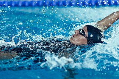 水泳におけるバックのコツを紹介!上手に泳ぐ...|水泳