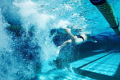 水泳のバタ足のコツを紹介!腰を痛めないため...|水泳