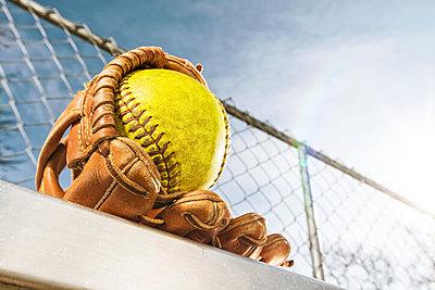 ソフトボール手袋は守備・打撃・走塁で使い分...|ソフトボール