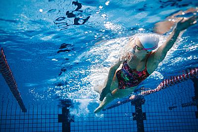 水泳のクロールを徹底解説!コツや消費カロリ...|水泳