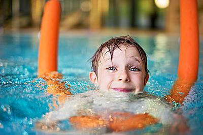 水泳のトレーニングに欠かせないプルブイの人...|水泳