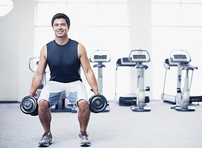 ダンベルスクワットの正しいやり方と12種類のトレーニングメニューを紹介! | Sposhiru.com